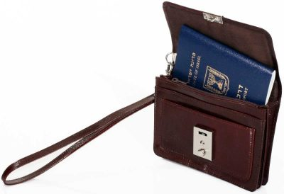 תיק צד תיק פספורט פאוץ – לדרכון מעור אמיתי כולל ידית נשלפת ותפס לחגורה + מנעול ומפתח 2 רוכסנים + תאים לכרטיסי אשראי דגם 1680156 ניתן להטביע עד 2 מילים בלבד ושורה אחת