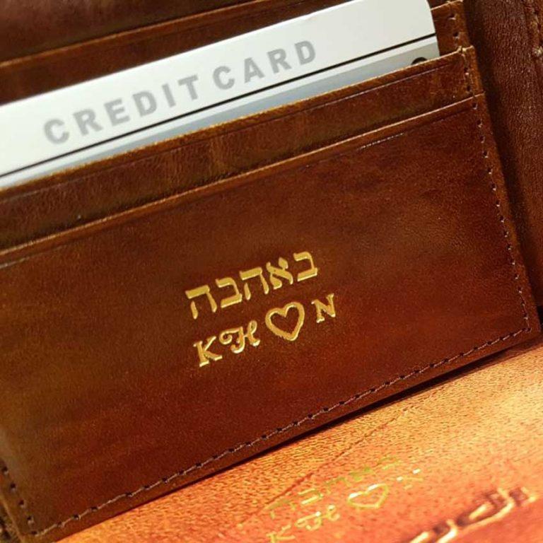 הטבעה יצירתית בארנק עור