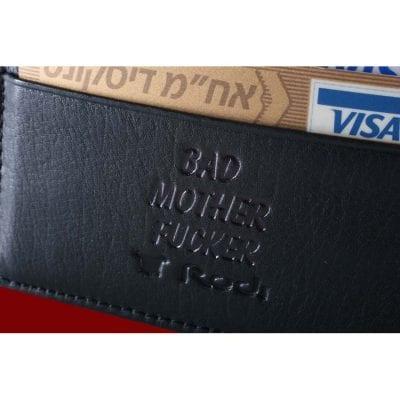 ארנק עור לכרטיסי אשראי עם הטבעה: Bad Mother Fucker מתוך הסרט ספרות זולה  (כולל הטבעה מוכנה לא ניתן לשנות את ההטבעה)