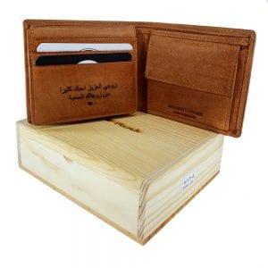 חריטה על ארנק בערבית